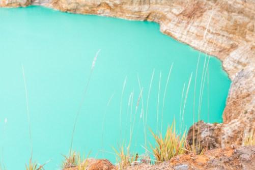 Emerald lake at Kelimutu crater - zoom