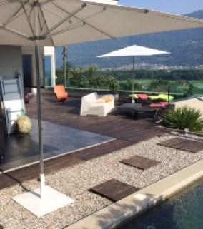 Villa-design-jolie-terrasse-deco-parasol