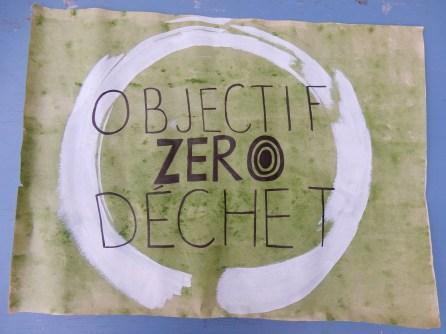 Le logo ''Objectif zéro déchet'' a été initialement créé par Anthony Charbonneau Grenier (graphiste). Amélie l'avait dessiné pour un kiosque réalisé au nom du groupe Zero déchet - Ville de Québec et nous l'avons réutilisé.
