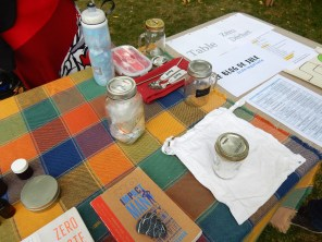 Au fond : mon ensemble pour les lunchs/pour emporter. Devant : sac à vrac en coton de Mélissa et bicarbonate de soude.