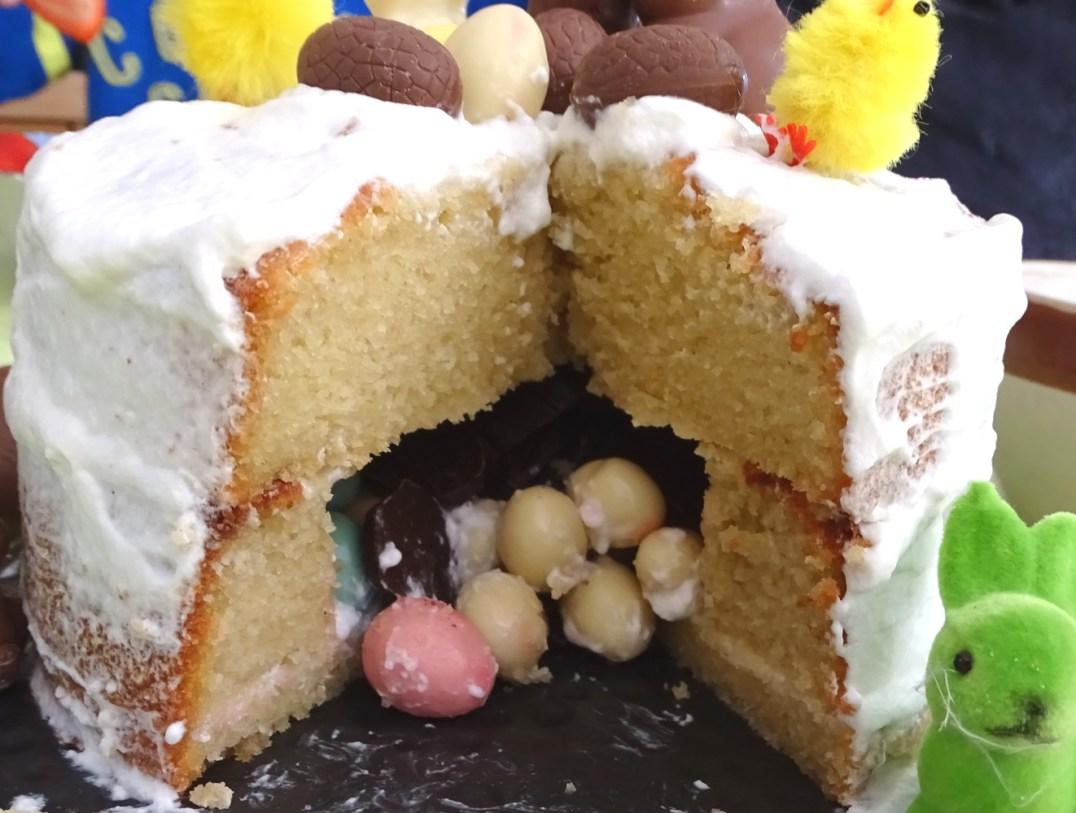 gâteau surprise pâques ouvert