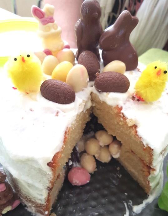 gâteau surprise pâques tranchée