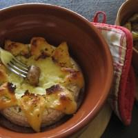 Coulommiers entier doré au four et pommes de terre Vitelottes