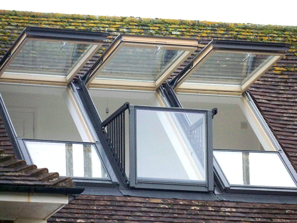 Fen tre de toit cabrio de velux se transforme en balcon for Decoration de toit