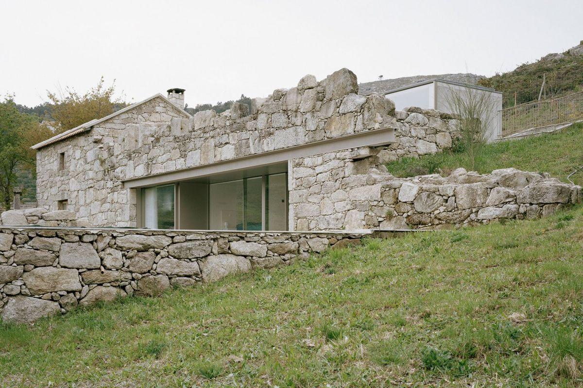 Une maison contemporaine en pierre dans des ruines au portugal - Faire construire sa maison au portugal ...