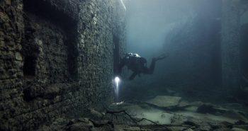 explorateurs urbains plongent dans un camp de prisonniers soviétiques submergé