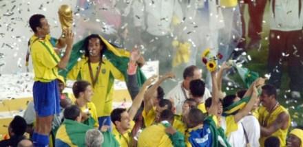cafu-segura-o-trofeu-apos-o-brasil-ganhar-o-penta-da-copa-do-mundo-1259255834261_615x300