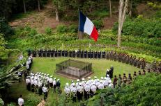 Tropas francesas homenageando o tumulo do Napoleão