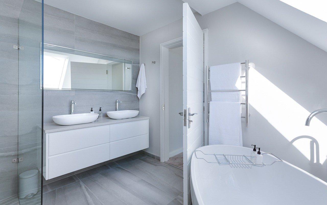 Rénovation de salle de bain moderne et minimaliste