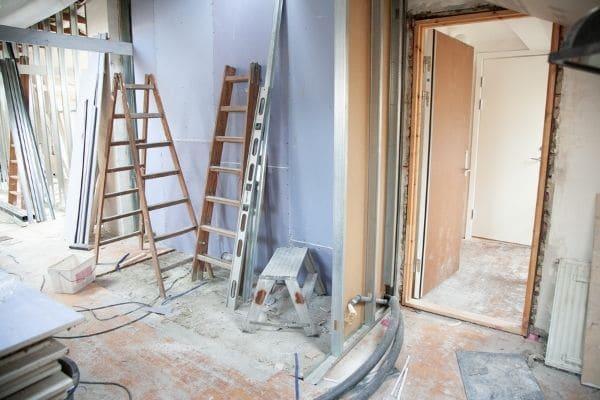 Rénover le mur avant de poser de la toile de verre
