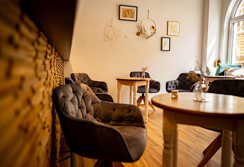 Des chaises au design arrondi avec des petites tables rondes - Le blog du hérisson