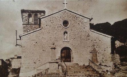 église de St-Julien Vocance avec stèle commémorative de l'abbé Allemand