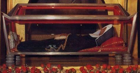 chasse dans laquelle est exposé le corps de Sainte Rita