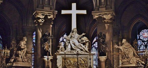P1080750 France, Paris, «le voeu de Louis XIII» dans le fond du choeur de la cathédrale Notre-Dame; Louis XIII et Louis XIV entourent la Vierge de pitié «Pieta»