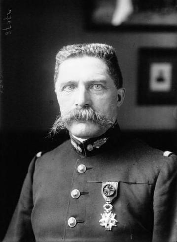 Le général Hirschauer a eu un rôle majeur dans le développement de l'aviation militaire française en temps qu'Inspecteur permanent de l'Aéronautique militaire de 1912 à 1913.
