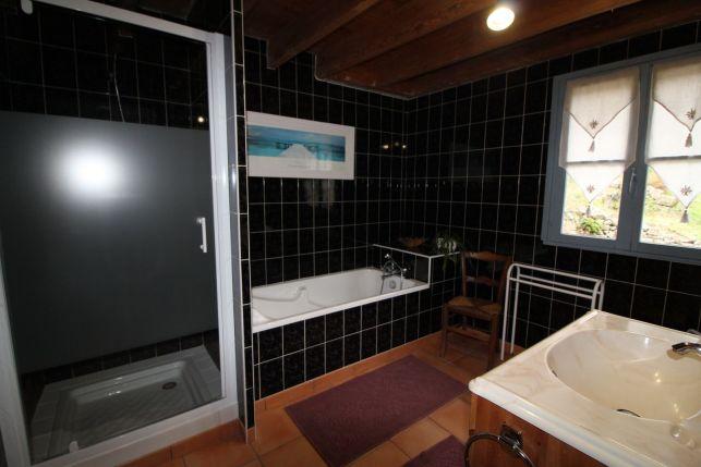 Salle de bain avec douche et baignoire du gîte Labatie classé 3 épis par Gîte de France