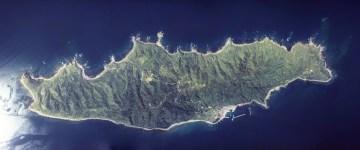 L'île d'Awa-shima, dans le district d'Iwafune (préfecture de Nigata). Photographie aérienne de 1977. Copyright : National Land Image Information, Ministry of Land, Infrastructure, Transport and Tourism. Source : En.wikipédia.org