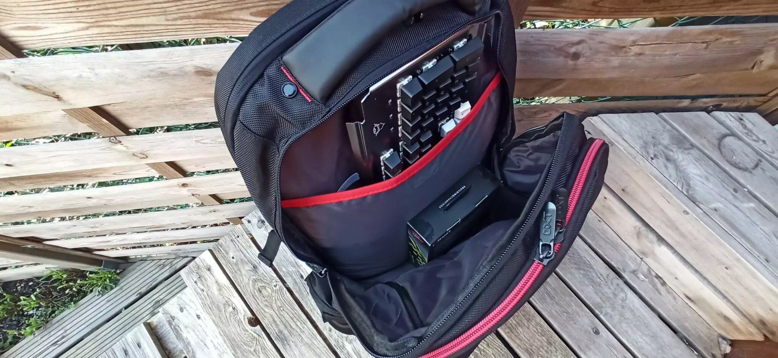 trust GXT 1250 emplacement accessoires et souris clavier