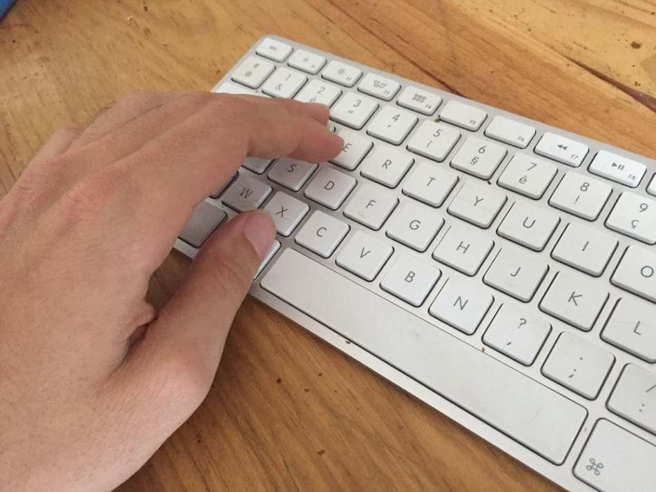 Position de la main d'un droitier sur un clavier