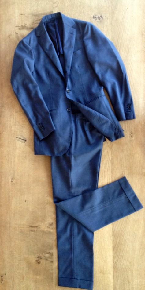 シングル三つボタン、ノーパッド、ノープリーツのパンツというミニマルな仕様のスーツ。上襟から肩にかけての吸い付きやアームホールの攻め方が秀逸。ブルー(実際は写真ほど青くない)のモヘア&シルクのシャリ感と渋い光沢がお気に入り。濃い色のポロをインナーに着てもいいが、白シャツ、紺タイ、黒靴のストイックな合わせで着たい。