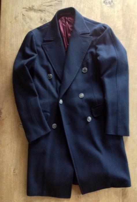 パッドなし、背抜き,膝上丈のダブルブレステッドコート。ニットやシャツの上にジャケットを挟まなくても着れるジャストなサイズ感。