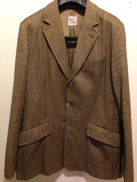 6876のヘリンボーンジャケット。カジュアルなエッセンスを盛り込んだ良質なテーラード。写真ではわからないが、ボタンなし本切羽の袖に、サイドポケットはインナーでダブルになっている凝った縫製。