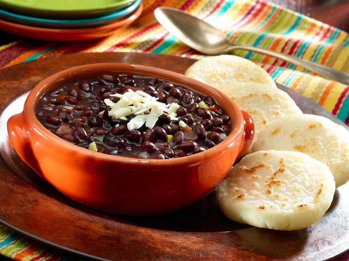 Receta de caraotas negras al estilo venezolano. Para acompañar las yucas de una parrilla o rellenar las arepas. Una rica y saludable opción.