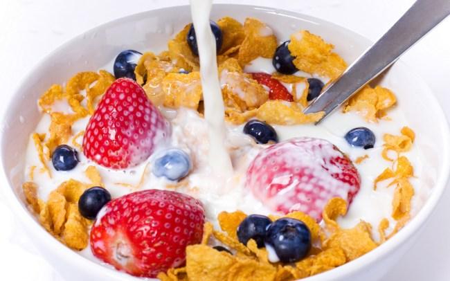 Desayunar leche con fruta