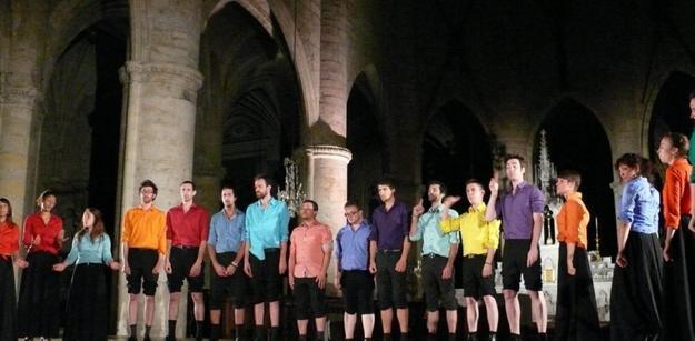 Le Chœur Voyageur a surpris et enchanté le public très nombreux venu découvrir cette chorale charismatique./. Photo DDM Ysabel.