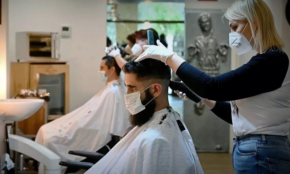 72 % des salons de coiffure appliquent une « taxe covid-19