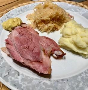 Hämchen mit Sauerkraut und Kartoffelpüree