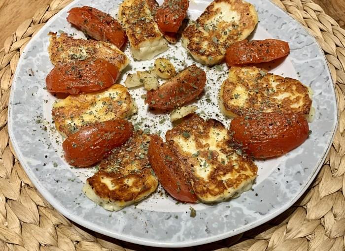 Gebratener Halloumi mit Tomaten und Knoblauch