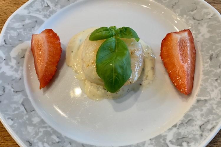 Gebratene Scampi mit Erdbeeren an Zitronen-Basilikum Mayonnaise