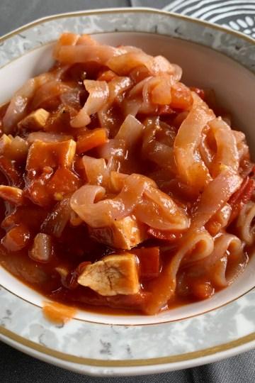 Shirataki Nudeln mit Hühnchen in Tomaten-Paprika Sauce