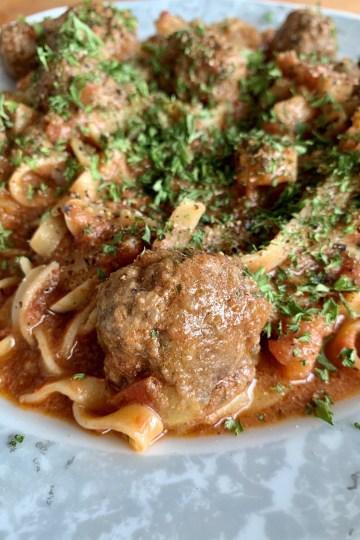 Tagliatelle con polpettine al sugo - Nudeln mit Hackbällchen in Tomatensauce