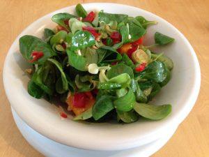 Asiatischer Feldsalat mit Mango, Paprika und Erdnüsse