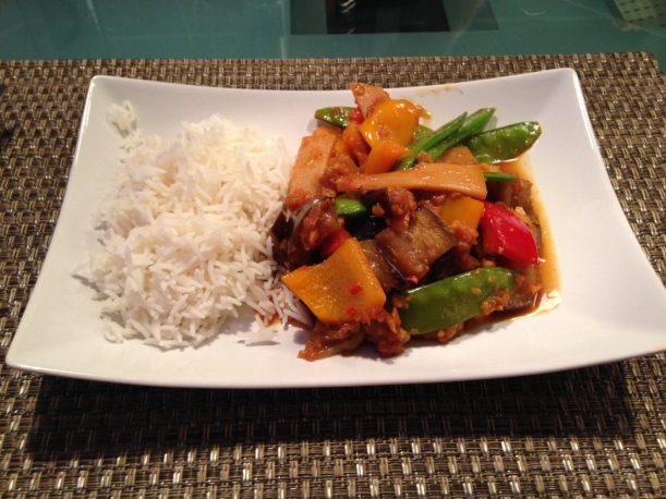 Zuckererbsen mit Paprika und Bambus in Tamarinde-Sesam Soße
