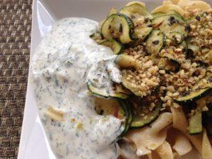 Zucchini Gemüse mit Walnüssen, und Minz-Joghurt und Nudeln 3