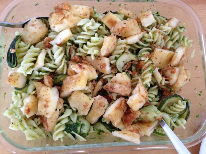 Nudelsalat mit Zucchini, Mandeln und Halloumi-Käse mit Bärlauch Pesto