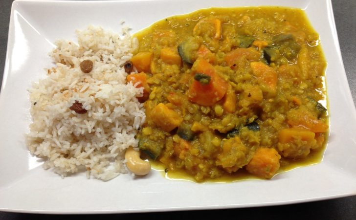 Papaya Kürbis Süßkartoffel Linsen Curry mit Rosinen-Cashew Reis