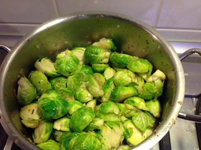 Rosenkohl Maronen Gemüse mit Senfkörnern und Muskat