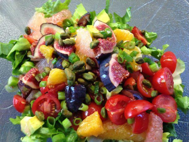 Bunter Herbstsalat aus Endivien und Radicchio mit Grapefruit, Orangen, Avocado, Feigen und Pistazien