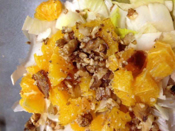 Chicorée Salat mit Orangen Datteln und Walnüssen