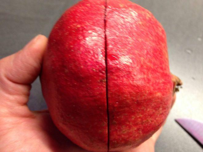 Granatapfel in der Mitte rundum anschneiden
