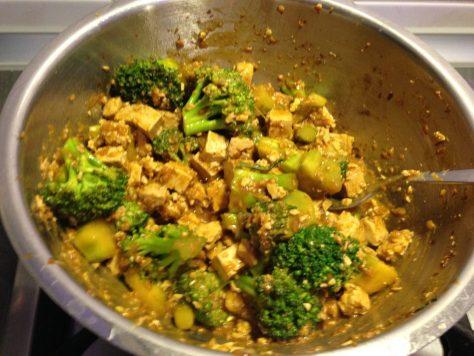 Brokkoli mit Tofu und Erdnuss Soße