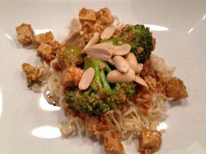 Brokkoli mit Tofu in Erdnuss Soße
