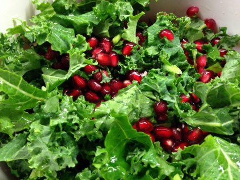 Grünkohlsalat mit Granatapfelkernen, Haselnüssen und Cheddar