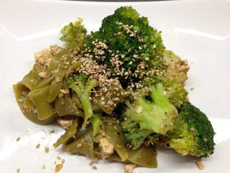 Brokkoli Tofu mit Spinatnudeln in Knoblauch Sesam Soße