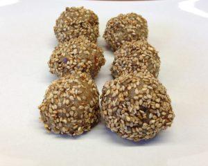 Energiebällchen aus Sesam, Mandel, Dattel, Kokos