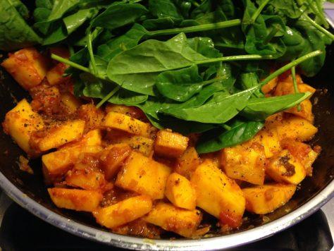 Gebratener Kürbis mit Datteln, Safran, Tomaten und Spinat